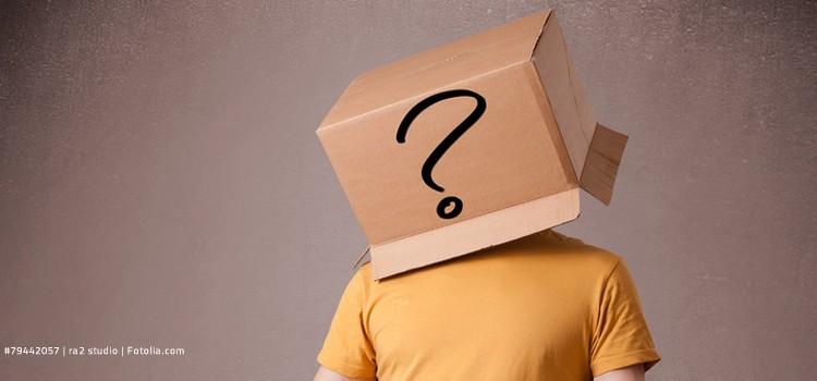 Mann mit Kiste auf dem Kopf und Fragezeichen
