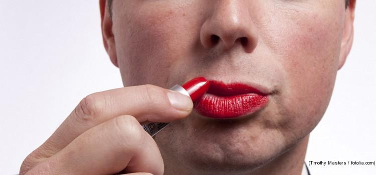 Mann schminkt sich die Lippen