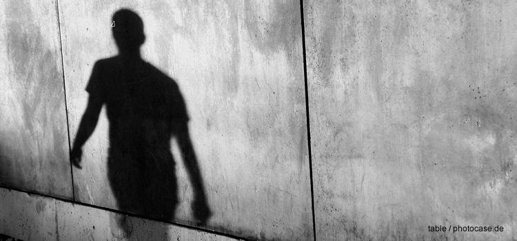 Schatten auf Mauer