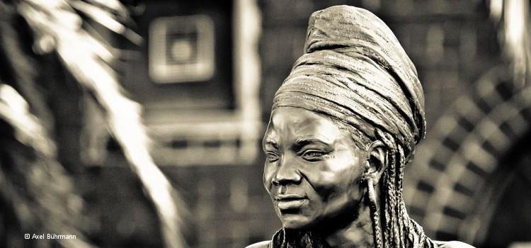 Lebensgroße Brenda-Fassie-Bronzestatue von Angus Taylor in Johannesburg