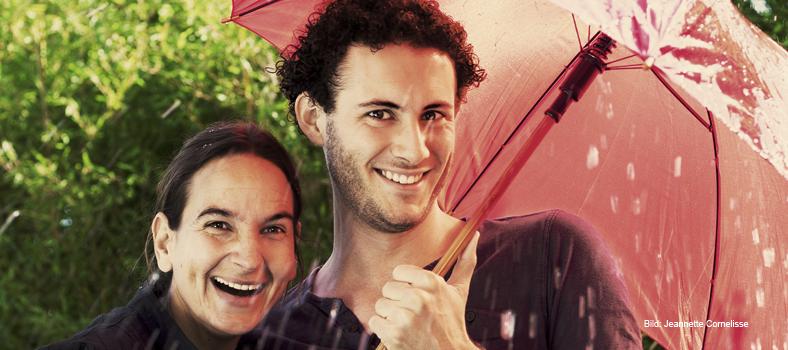 Mann und Frau unterm Regenschirm