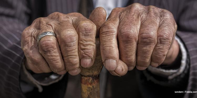 Hände eines alten Mannes