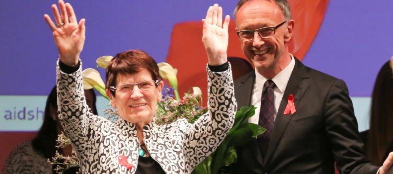 Im Heimathafen Neukölln wurde Rita Süssmuth die Ehrenmitgliedschaft der Deutschen AIDS-Hilfe verliehen. Rechts: DAH-Vorstand Winfried Holz (Foto: Brigitte Dummer)