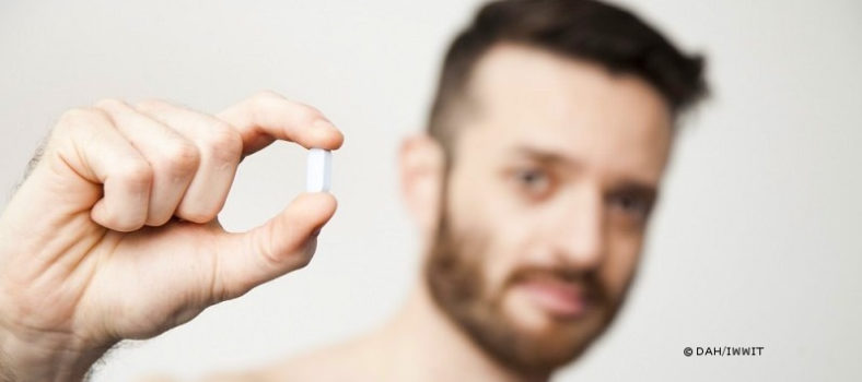 PrEP-Aktivist Emmanuel mit Truvada-Pille
