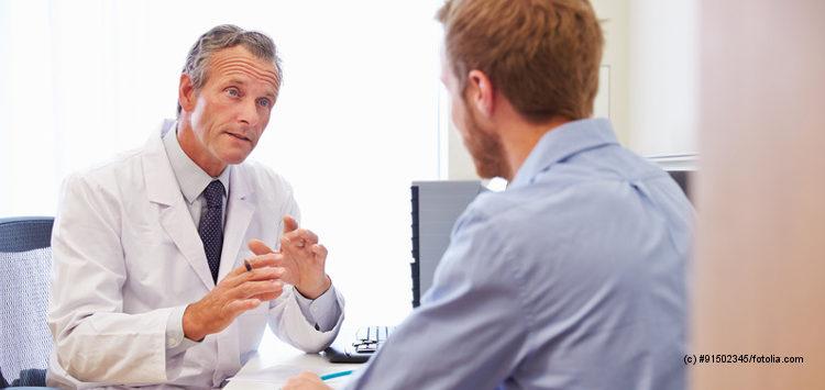 Arzt berät Patienten