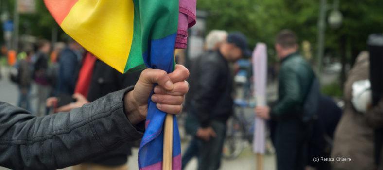 Eine Faust hält eine Regenbogenfahne