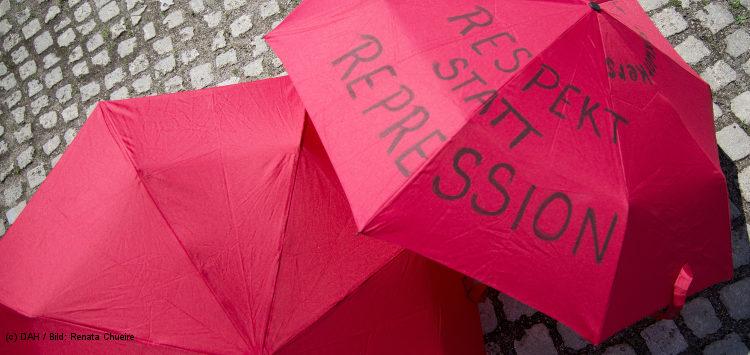 rote Regenschirme