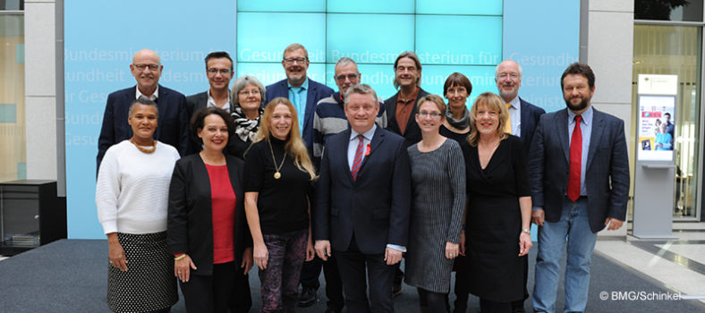 Bundesgesundheitsminister Hermann Gröhe mit den Mitgliedern des Nationalen AIDS-Beirats bei ihrer letzten gemeinsamen Sitzung am 21.11.2016.