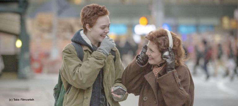 trans* Junge Ray und seine Oma hören Musik