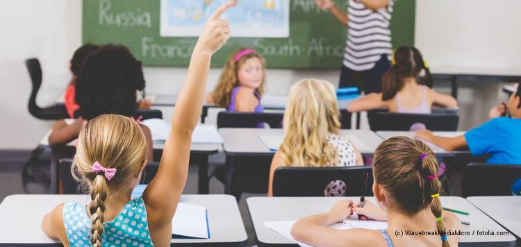 Grundschulkinder beim Unterricht im Klassenzimmer