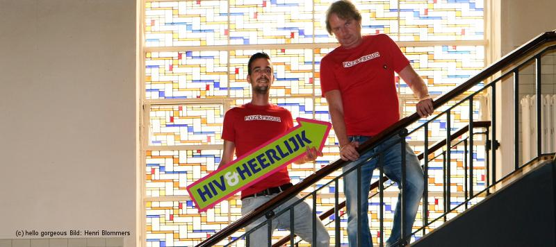 Jörgen und Toralt stehen auf einer Treppe