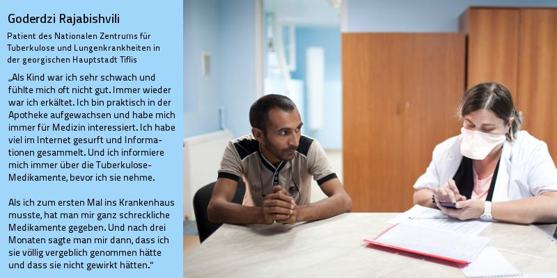 Patient und Ärztin sitzen an einem Krankenhaustisch