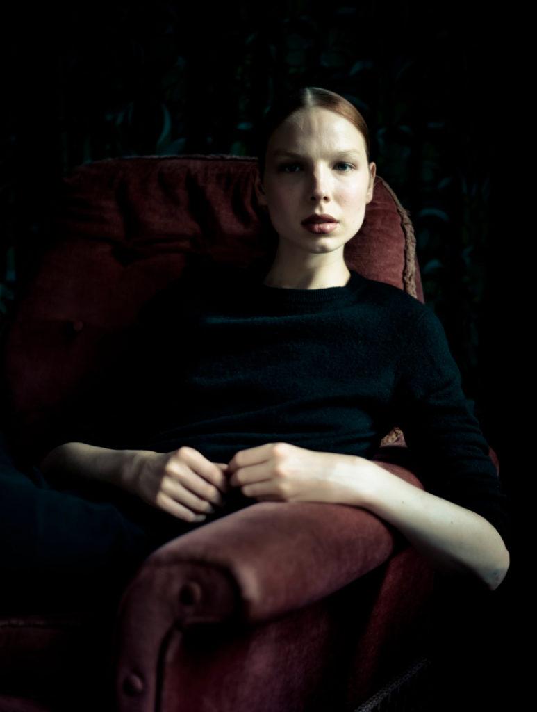 Valentijn sitzt auf einem roten Sofa