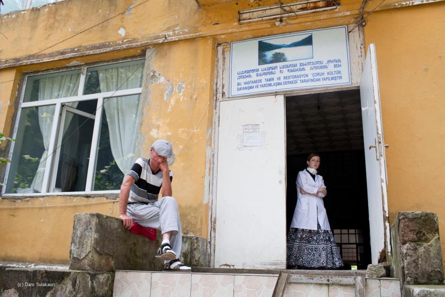 Ein Patient wartet vor einem medizinischen Zentrum