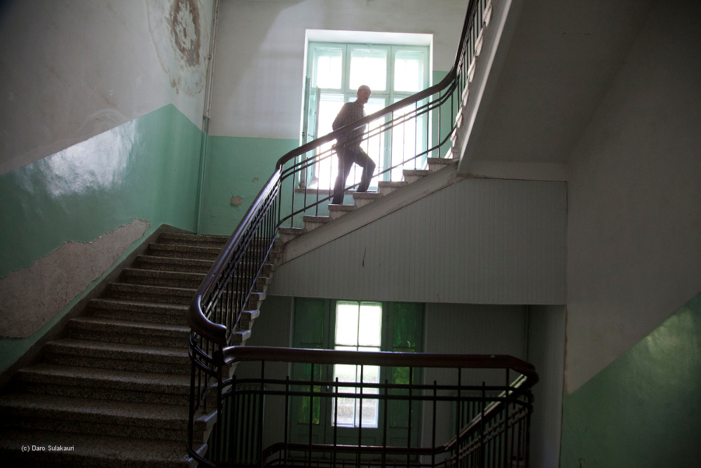Ein Patient geht eine Treppe im Krankenhaus hinauf.