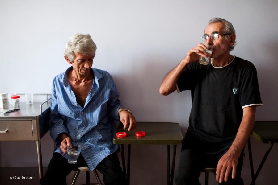Zwei Patienten nehmen ihr Medikament im Krankenhaus ein.