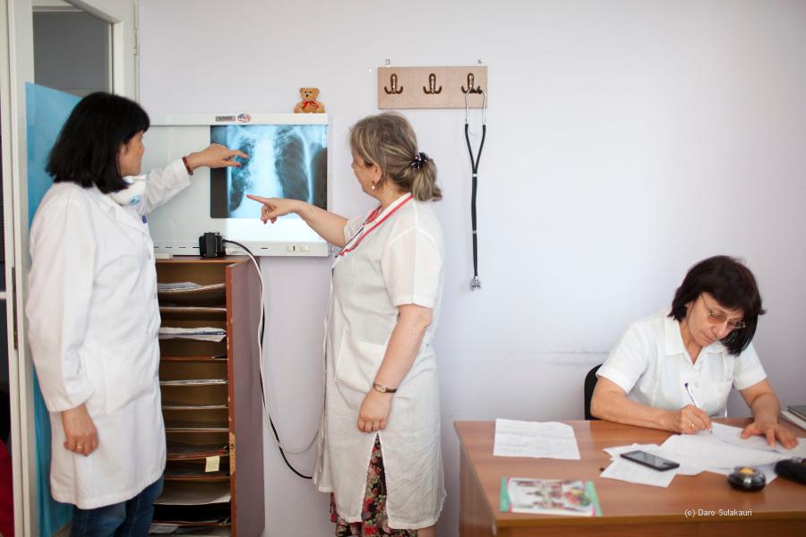 Zwei Ärztinnen sehen sich ein Röntgenbild einer Lunge an.