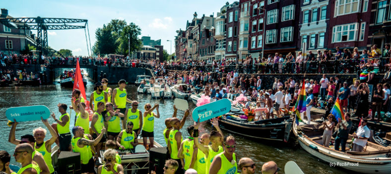 Schiffe mit feiernden Menschen vom Projekt Poz and Proud in einer Amsterdamer Gracht beim Canal Pride 2016