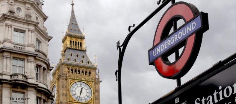 Londoner U-Bahn und Houses of Parliament