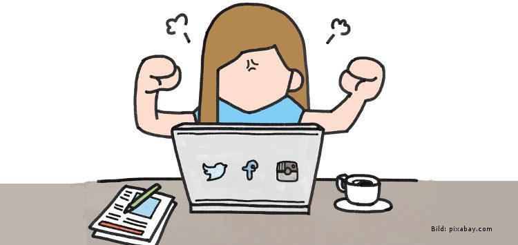 Wütende Frau vor einem Laptop