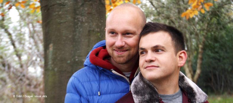 Das Paar Stephan und Vlad, die über Schutz durch Therapie in ihrer Beziehung berichten