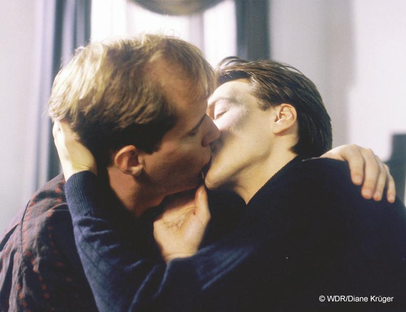 Szene aus der Lindenstraße: Carsten Flöter (Georg Uecker) und Robert Engel (Martin Armknecht) küssen sich
