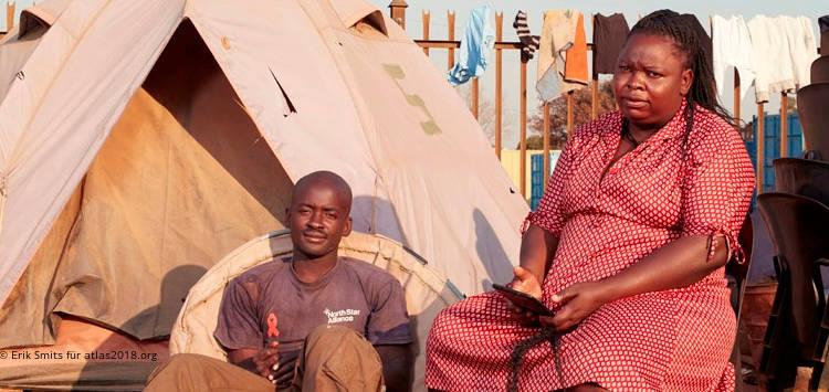 Afrikanischer Mann und afrikanische Frau am Truck Stop Pomona