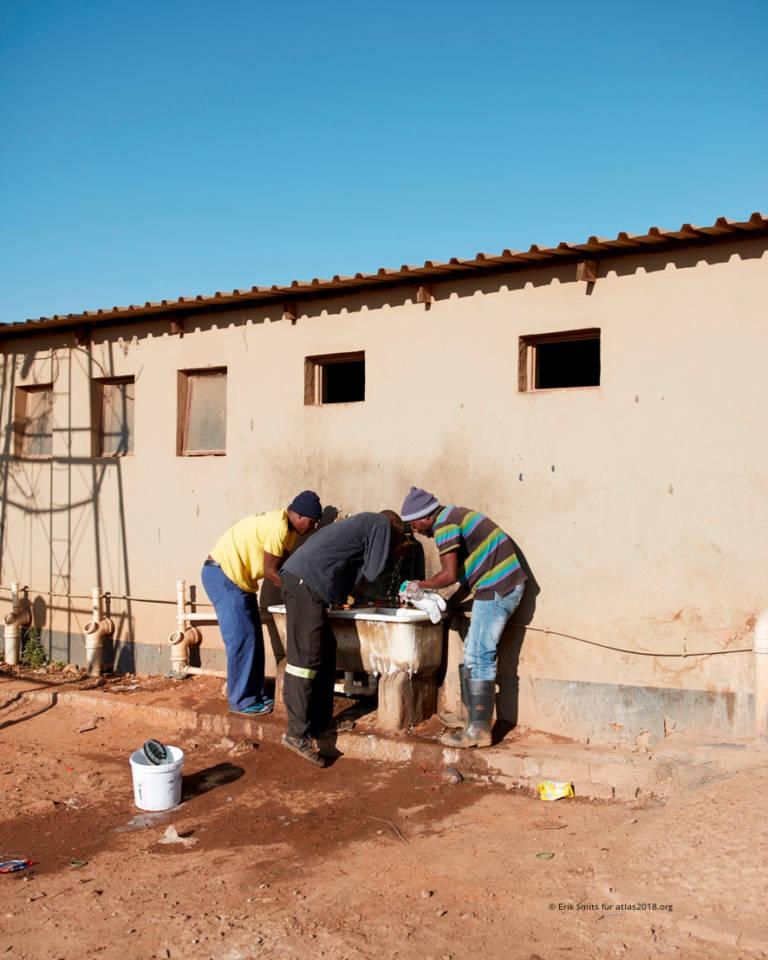 Männer waschen Wäsche am Truck Stop Pomona