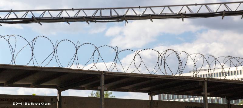 Gefängnismauer Stacheldraht