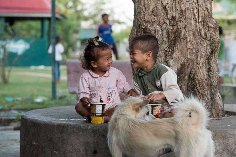 Zwei Kinder, die in der Kindergemeinschaft Wat Opot leben