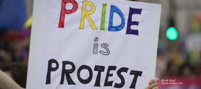 Protestschild auf einem Christopher Street Day