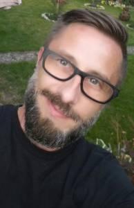 Junger Mann mit Brille und Vollbart