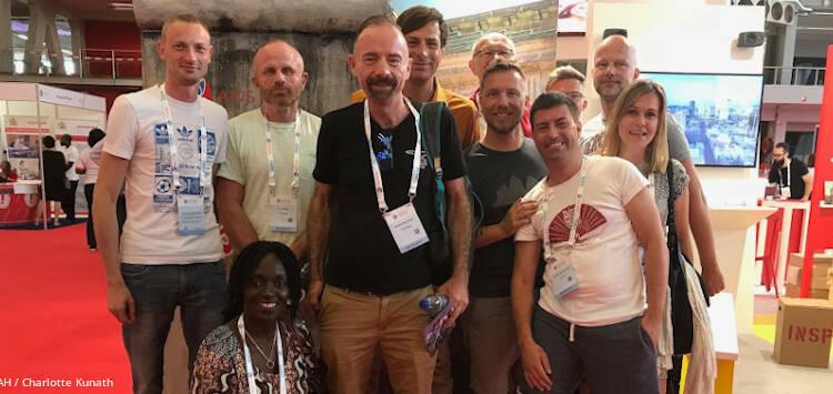 Timothy Ray Brown, der erste von HIV geheilte Mensch, inmitten von Menschen aus der HIV-Community